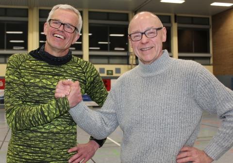 Der Vereinsvorsitzende Andreas Krumschmidt (rechts, hier mit Cheftrainer Martin Halfmann bei dessen Vertragsverlängerung) hat viel Grund zum Lächeln, die Handballfreunde sind bestens aufgestellt. (Foto: Heidrun Riese)