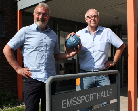 Markus Wiening (l.) hat den Vorsitz der Handballfreunde Reckenfeld/Greven 05 von Andreas Krumschmidt übernommen und hat mit dem Verein noch viel vor. (Foto: Heidrun Riese)