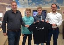 Trainer Sebastian Sutthoff (l.) und seine Spieler (v.l.) Pascal Hartmann und Mats Kemper freuten sich über den von Osnatel-Shopleiter Kevin Lau (r.) überreichten, gewonnenen Trikotsatz. (Foto: Handballfreunde)