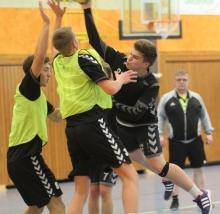 Am Ende mussten Mateusz Gucz (beim Wurf) und die Handballfreunde auf die sprichwörtliche Brechstange zurückgreifen, um nach verlorenem roten Faden noch den Sieg einzufahren. (Foto: Heidrun Riese)