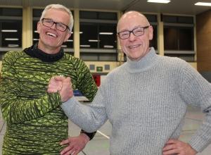 Martin Halfmann (l.) wird die Kreisliga-Männer der Handballfreunde Reckenfeld/Greven 05 auch in der kommenden Saison trainieren. Andreas Krumschmidt, Vorsitzender des Vereins, freut sich über die Zusage. (Foto: Heidrun Riese)