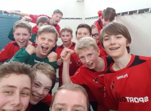 Partystimmung. Die C1-Jugendlichen der Handballfreunde Reckenfeld/Greven 05 feiern schon wie die Großen. Verdientermaßen - das Team hat den Aufstieg in die Bezirksliga geschafft. (Foto: HF)