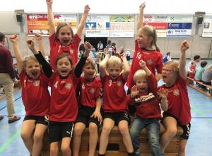 In Siegerpose nach einem weiteren tollen Turnier: die Minis der Handballfreunde. (Foto: HF)