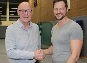 Dennis Kötter (r.) übernimmt zur neuen Saison die Kreisliga-Männer und die A-Jugend der Handballfreunde Reckenfeld/Greven 05. Der Vorsitzende Andreas Krumschmidt (l.) freut sich über die Neuverpflichtung. (Foto: Heidrun Riese)