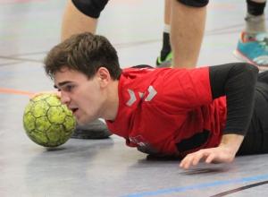 Mattis Dömer erlebte mit den Handballfreunden eine Bauchlandung im Spiel gegen den TSV Ladbergen. Die war am Ende aber ganz gut zu verschmerzen. (Foto: Heidrun Riese)