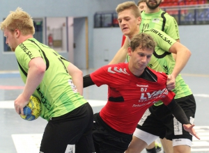 Paul Haje wurde im Hinspiel von der Emsdettener Deckung gehörig in die Mangel genommen. Der junge Mittelmann gehört zu den Handballfreunden mit klar ansteigender Formkurve. (Foto: Heidrun Riese)