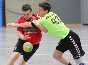 Walter Kusmitsch, hier selbst für die Handballfreunde am Ball, ist im Moment ganz und gar nicht angetan von seiner A-Jugend. (Foto: Heidrun Riese)