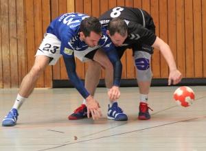 Die Suche nach dem Ball gestaltete sich für Marco Redmer (r.) und die HF-Reserve oft genug erfolgreich, bis ins gegnerische Tor konnten sie ihn allerdings zu selten bringen. (Foto: Heidrun Riese)