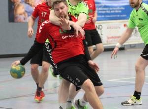 Können sich Sven Volmer und die Handballfreunde aus der Umklammerung der favorisierten Spartaner lösen? (Foto: Heidrun Riese)