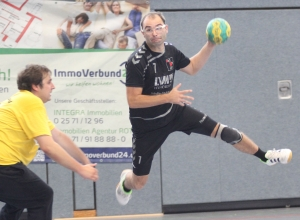 Auch seine zehn Tore halfen nicht: Tim Wienkamp und die Handballfreunde verloren deutlich beim Meisterschaftsfavoriten. (Foto: Heidrun Riese)