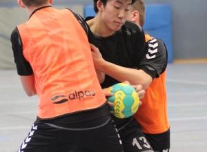 In der Zange: Leo Zhang und die Handballfreunde konnten sich daraus oft genug befreien und gewannen sensationell beim Tabellendritten. (Foto: Heidrun Riese)