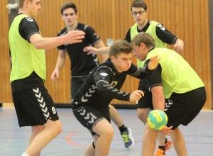 Weitgehend im Griff hatten die Kinderhauser Spieler Mateusz Gusz und seine Mannschaftskollegen von den Handballfreunden. (Foto: Heidrun Riese)