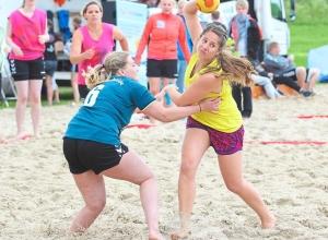 Es geht wieder rund beim Beach-Cup. Das Damenfeld ist bis auf den letzten Platz gefüllt. Foto: Heidrun Riese