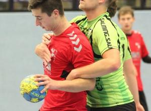 Maik Ruck wird von einem Emsdettener festgemacht. Am Ende unterlagen die Handballfreunde mit 28:40. (Foto: Heidrun Riese)