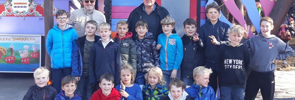 Die E-Jugendlichen der Handballfreunde besuchten mit ihren Trainern Konni Seidemann und Andi Rottmann den Freizeitpark Hellendoorn in den Niederlanden. (Foto: HF)