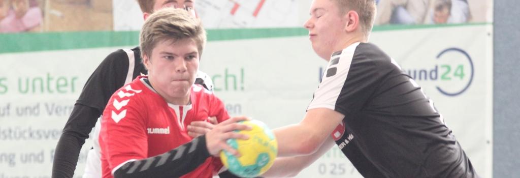 Unermüdlich arbeiteten Mateusz Gucz (am Ball) und die Handballfreunde für ihren Erfolg - der Lohn ist die Qualifikation für die Bezirksliga. (Foto: Heidrun Riese)
