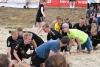 Lindwurm der guten Laune - mittendrin die Handballfreunde. Beim Beachcup stand der Spaß eindeutig im Vordergrund. (Foto: Martin Weßeling)