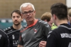 Ein letztes Mal als Dirigent inmitten seiner Spieler: HF-Trainer Martin Halfmann geht in den Handball-Ruhestand. (Foto: Heidrun Riese)