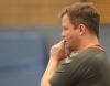 Alles Grübeln half 05-Trainer Andy Storkebaum nicht - der Schiedsrichter hatte den Handballfreunden ihre wichtigste Waffe Tempospiel genommen. (Foto: Heidrun Riese)