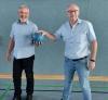Ballübergabe: Nach 16 Jahren an der Spitze der Handballfreunde verabschiedete sich Andreas Krumschmidt (r). Neuer Vorsitzender ist seit Samstag Markus Wiening. (Foto: Markus Herkt)